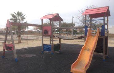 Parque infantil con pasarela