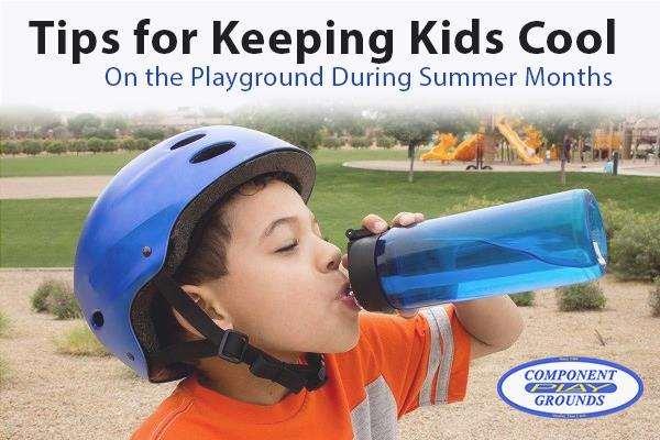 Chico tomando un trago en el patio de recreo - Consejos para mantener a los niños frescos en el patio de recreo durante los meses de verano