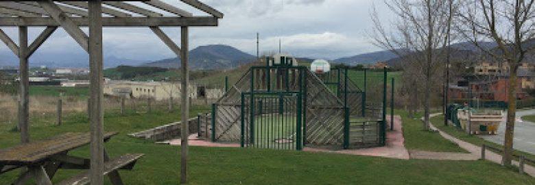 Parque infantil y cancha multiusos